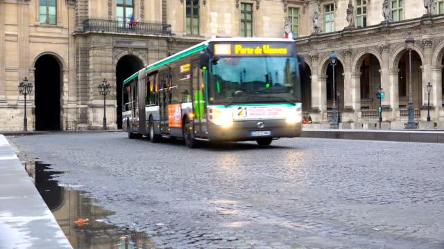 vídeos y material grabado en eventos de stock de transporte de tráfico en la plaza place du carrousel cerca de museo del louvre hacia el palacio real - autobús