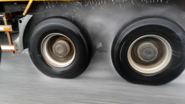 trasporto sotto la pioggia - truck tire video stock e b–roll