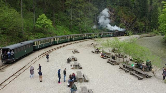 vidéos et rushes de transylvanie, roumanie. train ferroviaire à voie étroite en roumanie. - wagon