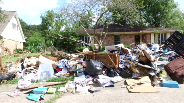 vidéos et rushes de déchets et débris à l'extérieur des maisons de houston - desastre natural