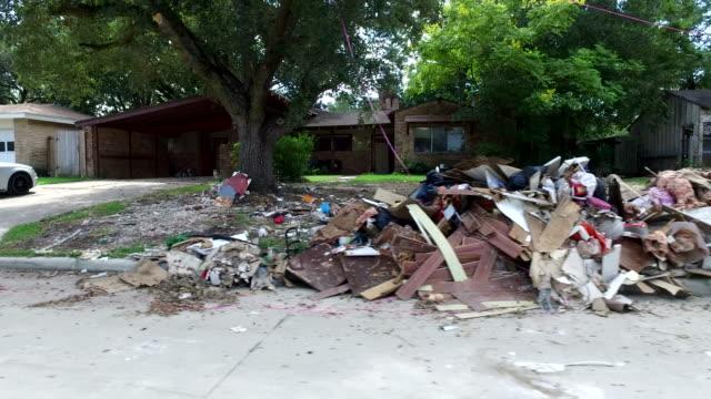 vidéos et rushes de déchets et débris à l'extérieur des maisons de houston - endommagé