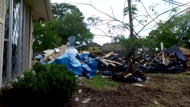 vídeos de stock, filmes e b-roll de lixo e detritos fora de casas de houston - danificado