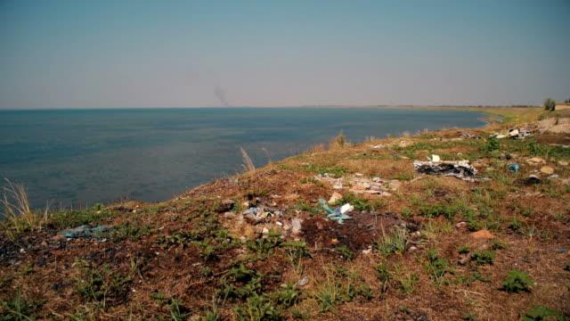 ビーチのゴミ箱。ショットの syvash 湖、ウクライナ - 腐敗点の映像素材/bロール
