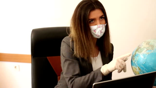 vídeos y material grabado en eventos de stock de agente de viajes termina coronavirus pandémtuos - agente de viajes