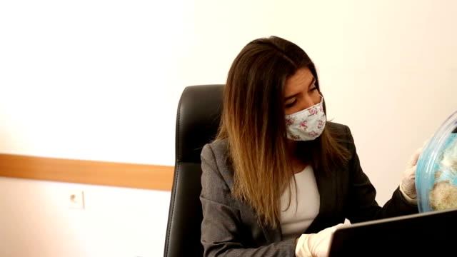 vídeos y material grabado en eventos de stock de agente de viajes preocupación en la oficina en tiempo apagado coronavirus - agente de viajes