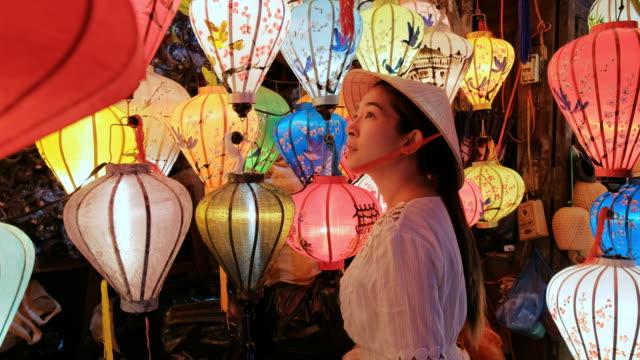 旅行アジアの女性ホイアンでランタンを選択, ベトナム - 乗客点の映像素材/bロール
