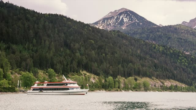 フェリー山の湖へ移動します。 - チロル州点の映像素材/bロール