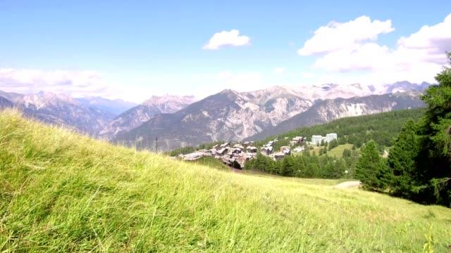vídeos de stock e filmes b-roll de travel on meadow in mountain in summer - altos alpes