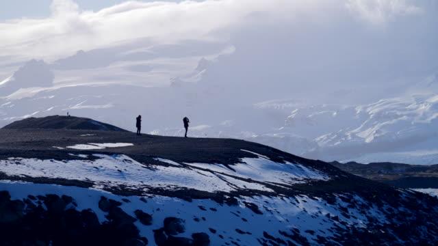 praca zespołowa travel silhouette concept lifestyle. grupa turystów w górach. - mountain top filmów i materiałów b-roll