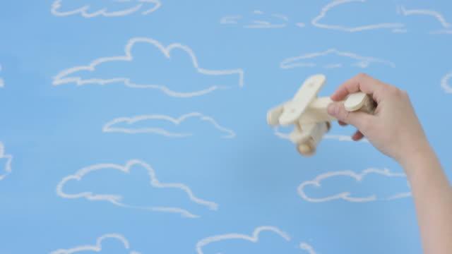 stockvideo's en b-roll-footage met reizen de wereld - speelgoed