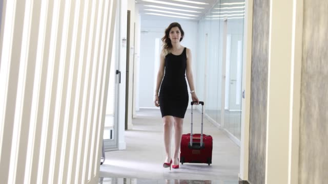 traveler businesswoman carrying baggage walking to airplane in the airport - donna valigia solitudine video stock e b–roll