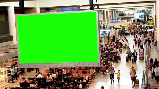 stockvideo's en b-roll-footage met hd: reiziger menigte op luchthaven met groen scherm - vliegveld vertrekhal