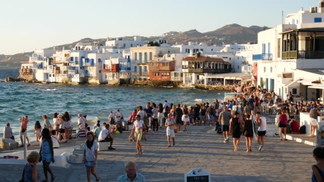 ミコノスギリシャの旅行者の群衆、4k解像度。 - ギリシャ点の映像素材/bロール