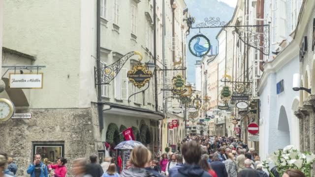 tl: resenär i getreidegasse street, salzburg, österrike - videor med salzburg bildbanksvideor och videomaterial från bakom kulisserna