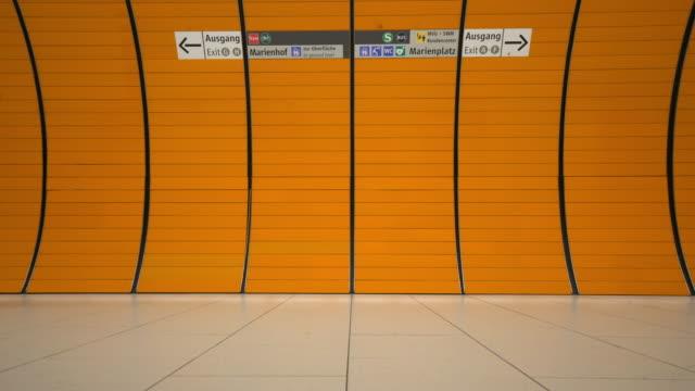 traveler mannen på münchen metro - munich train station bildbanksvideor och videomaterial från bakom kulisserna
