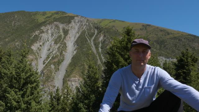 旅行者在天山山上休息, 看著相機 - 亞洲中部 個影片檔及 b 捲影像