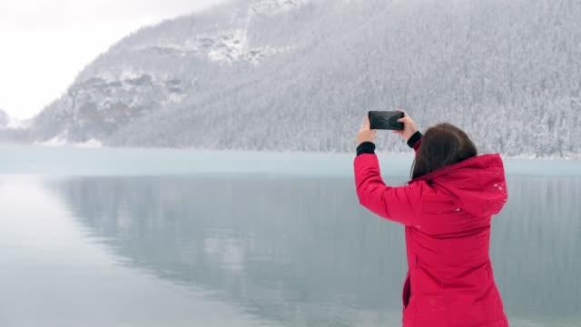 traveler ta ett foto av lake louise - vintersport bildbanksvideor och videomaterial från bakom kulisserna