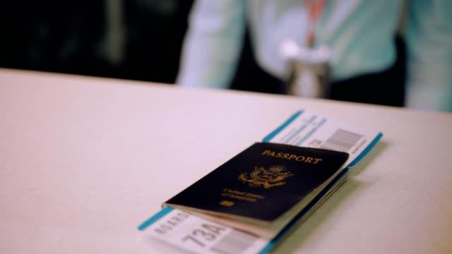 旅行者のパスポートと搭乗空港チェックイン ・ デスクに渡す ビデオ
