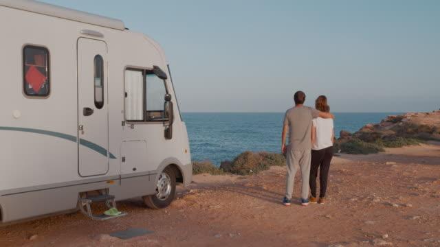 Reizigers ontspannen kamperen en genieten van reizen in een recreatief voertuig video