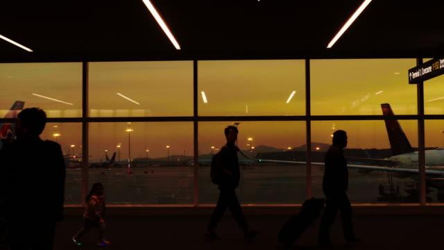 resenärer som silhuetter på flygplats - rulltrappa byggnadsdetalj bildbanksvideor och videomaterial från bakom kulisserna