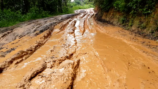 traveling by four wheel drive car on muddy trail road - грязный стоковые видео и кадры b-roll