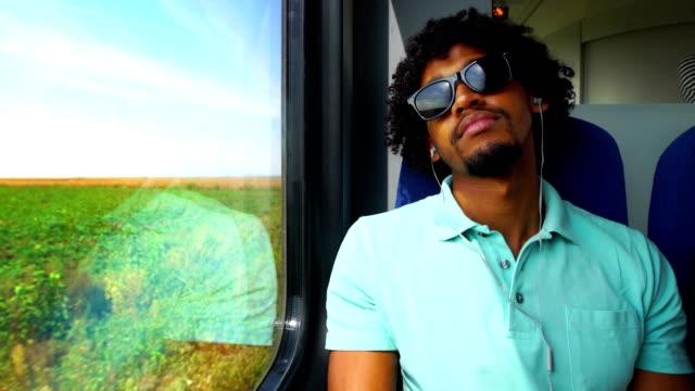 bir kırsal yoluyla trenle seyahat. - kulak i̇çi kulaklık stok videoları ve detay görüntü çekimi