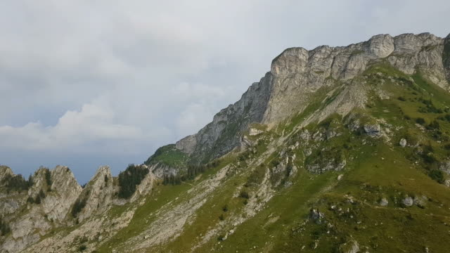 reisen in die alpen, die schweiz - panorama stock-videos und b-roll-filmmaterial