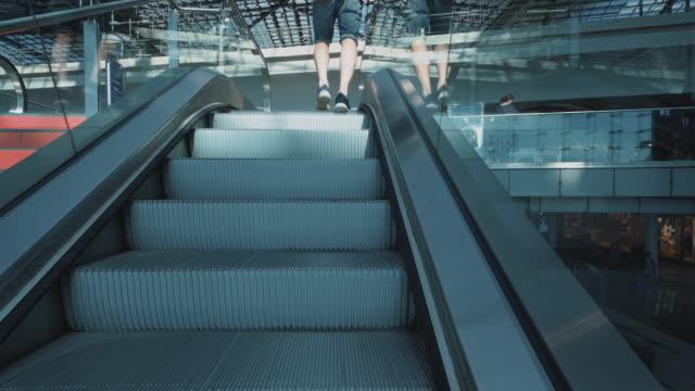 階段とエスカレーターで旅行者, ベルリン, ドイツ ビデオ