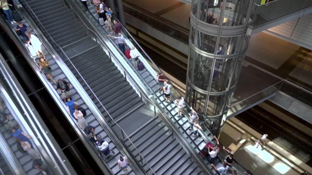 階段やエスカレーターで旅行する人々、ベルリン、ドイツ ビデオ