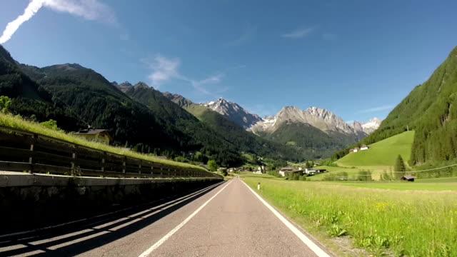 traveling through alps - stato federato del tirolo video stock e b–roll