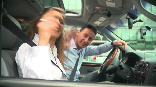 vidéos et rushes de hd : en voyage - homme faire coucou voiture