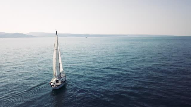 reser med en segelbåt, segling längs haven - segelfartyg bildbanksvideor och videomaterial från bakom kulisserna