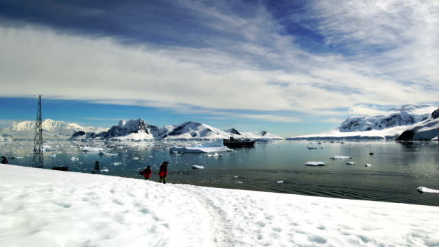 travellers' hiking in the snowy mountains of antarctica - ghiaccio galleggiante video stock e b–roll