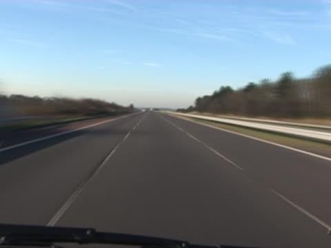 vídeos y material grabado en eventos de stock de viaja por carretera del reino unido-timelapse de tráfico - viaje a reino unido