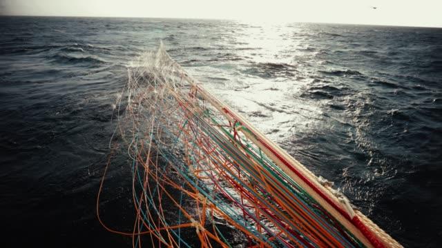 trål industriellt fiske nät - fiskebåt bildbanksvideor och videomaterial från bakom kulisserna