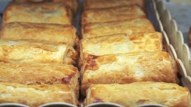vídeos de stock, filmes e b-roll de bandeja de folhada recheada na padaria - comida salgada