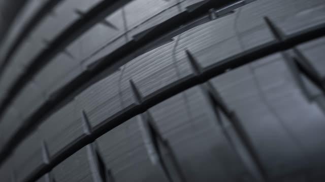 modello di battistrada su uno pneumatico stradale per auto - truck tire video stock e b–roll