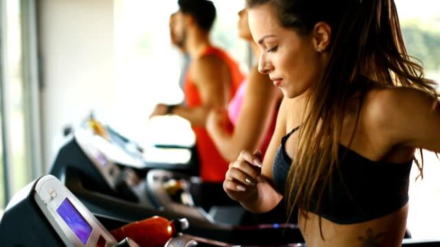 laufband-workout. - hell beleuchtet stock-videos und b-roll-filmmaterial