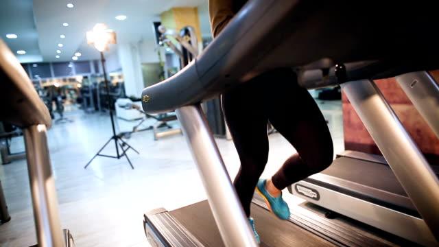 treadmill workout - posizione corretta video stock e b–roll