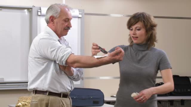 hd: treating injured hand - gazlı bez stok videoları ve detay görüntü çekimi