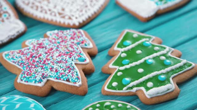 leckereien auf dem weihnachtsbaum. weihnachtsbäckerei zu hause - lebkuchenhaus stock-videos und b-roll-filmmaterial