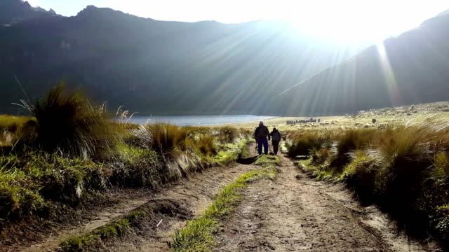 vidéos et rushes de randonnée silhouette mojanda lagon, en équateur - randonnée équestre