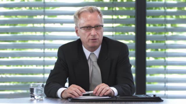 hd: trendige müssen manager video konferenz - generaldirektor oberes management stock-videos und b-roll-filmmaterial
