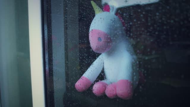 4 K トレンディなユニコーン柔らかいおもちゃ、雨を見て ビデオ