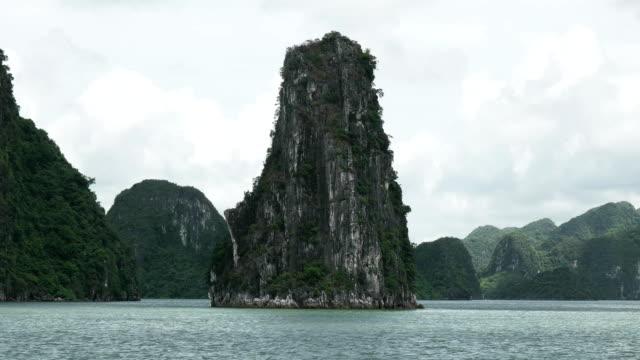 triangelformat holme på halong bay, vietnam - turistbåt bildbanksvideor och videomaterial från bakom kulisserna