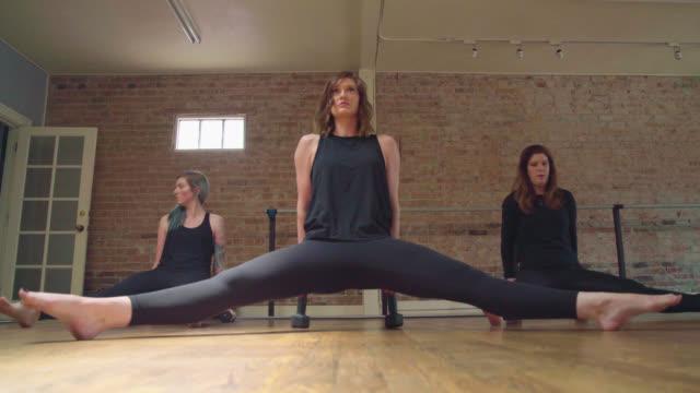 tricep dopp i gruppträning - balettstång bildbanksvideor och videomaterial från bakom kulisserna