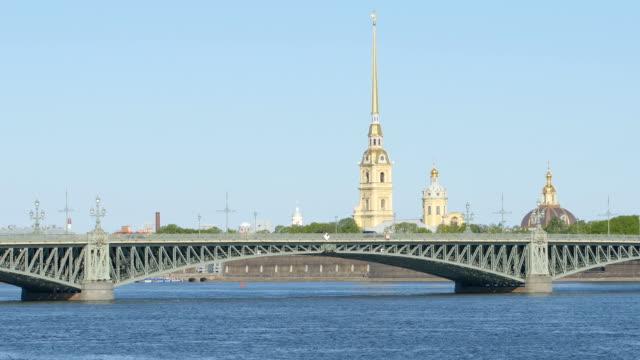 trinity (troitsky) bridge och kapell peter och paul fortress sommaren - st petersburg, ryssland - peter and paul cathedral bildbanksvideor och videomaterial från bakom kulisserna