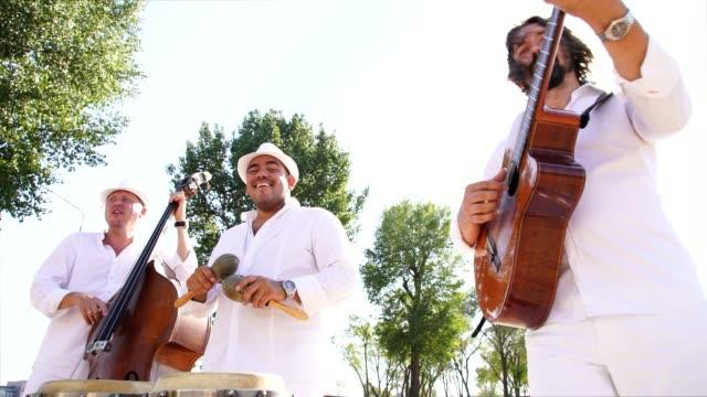 vídeos y material grabado en eventos de stock de trío de músicos dan concierto callejero - culturas