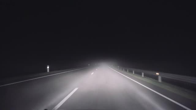 stockvideo's en b-roll-footage met een tochtje op een landelijke weg van de nacht in een dikke mist - mist donker auto