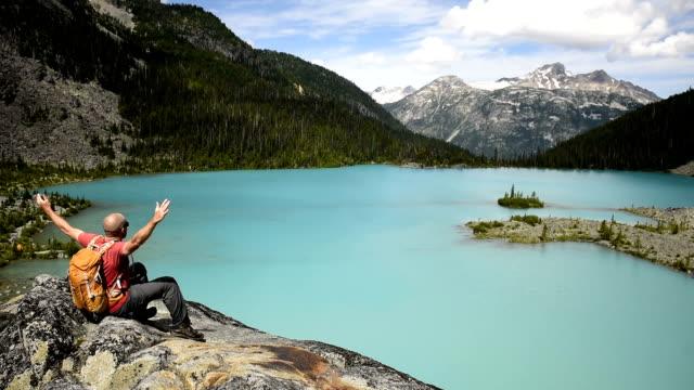 vídeos de stock e filmes b-roll de triumph in nature - montanha costeira